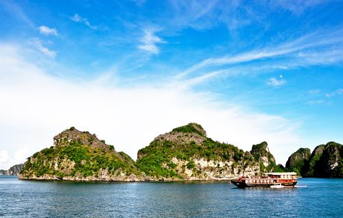 Chiêm ngưỡng vẻ đẹp Hạ Long trên du thuyền