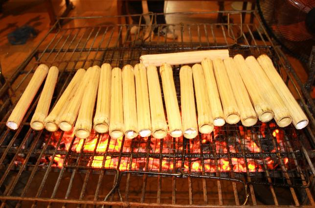 Nướng cơm lam trên bếp lửa