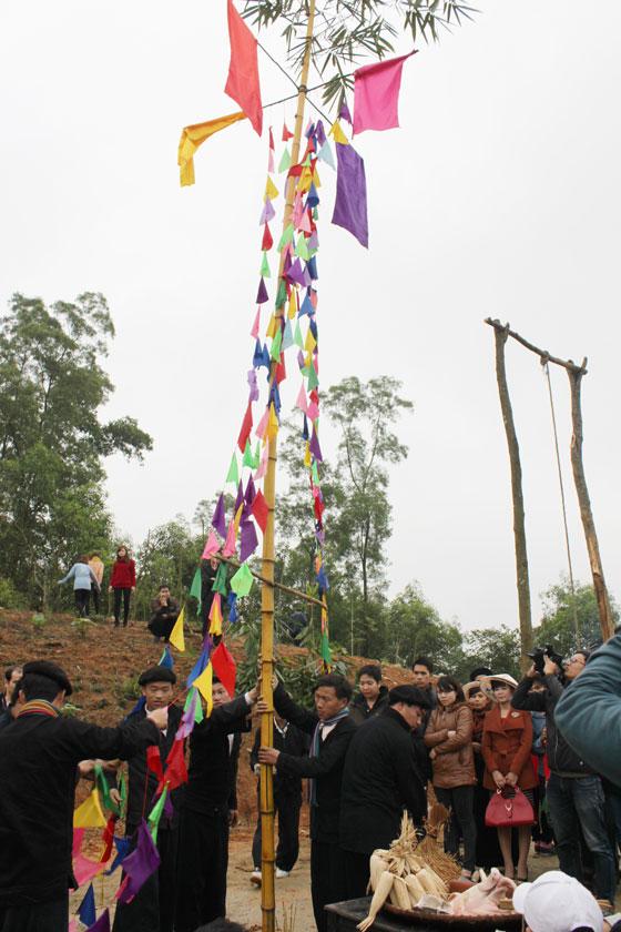 Cây nêu được mọi người dựng lên trong lễ hội Gầu Tào