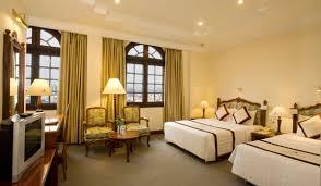 Phòng khách sạn đầy đủ tiện nghi và cửa sổ hướng ra núi Hàm Rồng