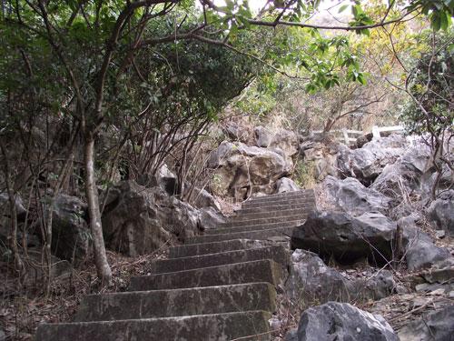 Đường bậc thang lên núi Bài Thơ