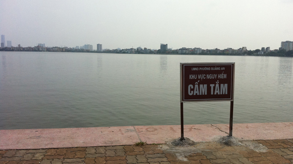 Không bơi ở chỗ có biển cấm