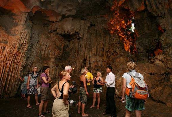 Vẻ đẹp hang động Hạ Long thu hút du khách