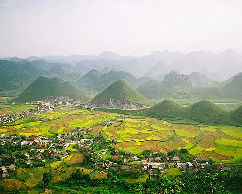 Quang cảnh Sapa nhìn từ đỉnh đèo Ô Qui Hồ