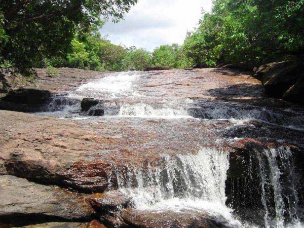 Những tảng đá to bằng phẳng ở suối Đá Bàn