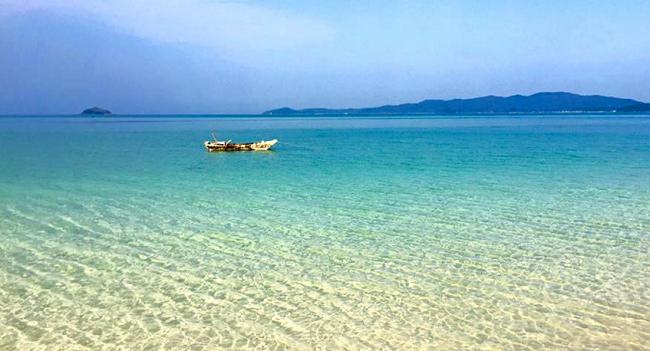 Nước biển Cô Tô trong xanh