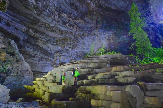 Từng khối đá xếp chồng lên nhau giống như bậc thang