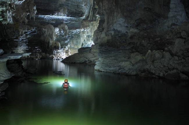 Bơi trong hang Tú Làn cảm giác vô cùng thú vị