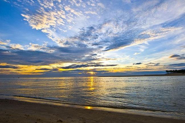 Ngắm nhìn biển Nhật Lệ khi bình minh tới